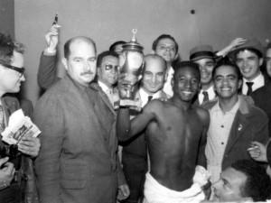 1958---pele-mostra-o-trofeu-que-ganhou-da-selecao-da-uniao-sovietica-na-copa-do-mundo-de-1958-1368749697299_1024x768