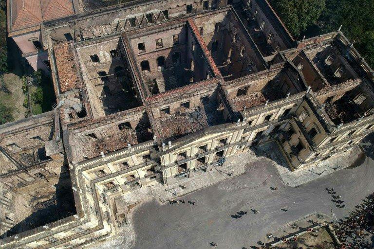 Vista área do Museu nacional, no Rio, após incêndio na noite de domingo